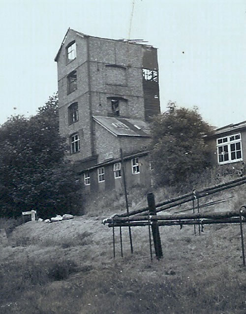 Ether Tower erected by Curtis & Harvey in the First World War and demolished in the 1960s. Photo Luly 1963 in the Historical Society archive.