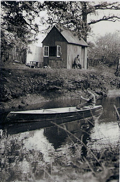 The Hut which had originally been used to store explosives being used at the Testing Range. By the 1940s-50s, however, it was used by the Groves family, who lived at No 7 Powder Mills, as an HQ for boating and picnicing