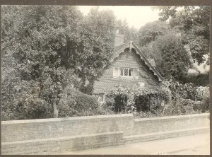 Probably Rose Cottage which, with its garden, stood on the site now occupied by Charlotte Bungalows.  The building to the right looks like the White House.