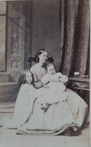 Agnes Mary Heath with daughters Florence and Maud